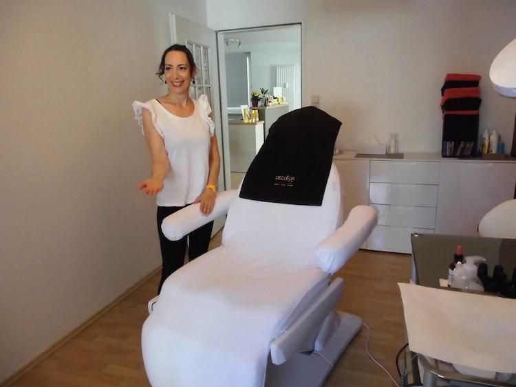Kosmetikerin Gudrun Denzler im Behandlungsraum