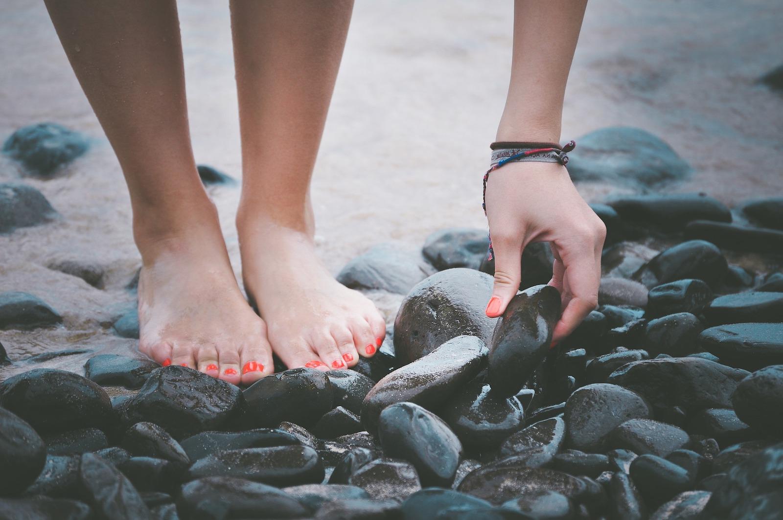 Füße auf Steinen