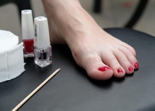 Frauen Füße bei der Pediküre